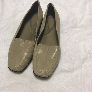 Like new clarks haydn gloss loafer